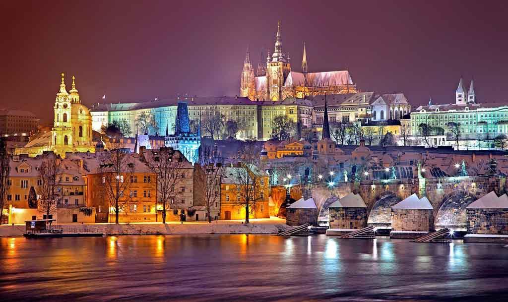 Blick auf die Prager Burg von der anderen Seite der Moldau