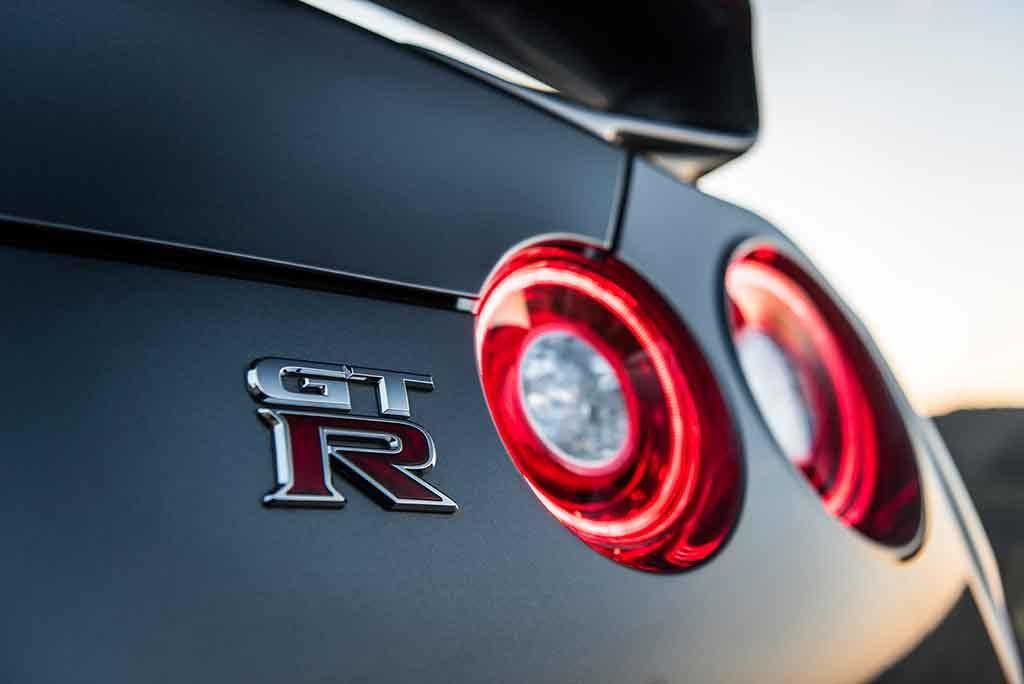 Zwei imposante Gestalten: Der Nissan GT-R und die Schweizer-Alpen Foto: Sven Moritz